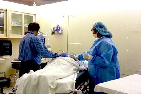 Performing renal biopsy